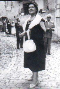 Jeanne Ramel Cals dans la rue à Cordes